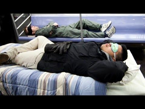 Si pusieran camas en el metro/tren ligero…