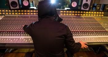 Esta hoodie te permite usar audífonos sobre de ella