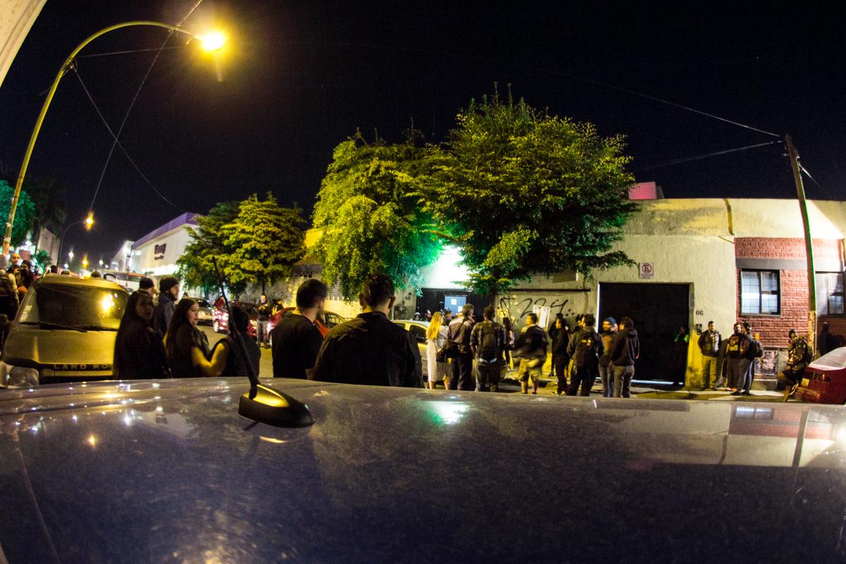 El público esperando a las afueras del Foro Independencia